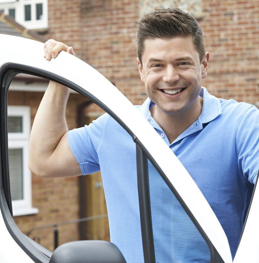 Schlüsseldienst Mitarbeiter vor Auto